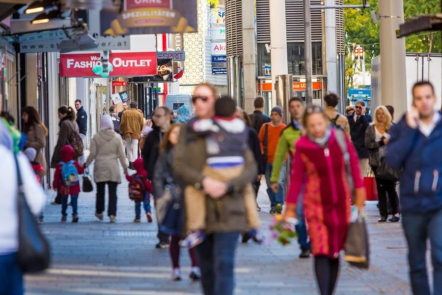 Mariahilferstraße Wien mit Menschen und Geschäften