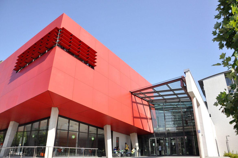 Gebäude R, Hörsaal Roter Würfel der Hochschule München